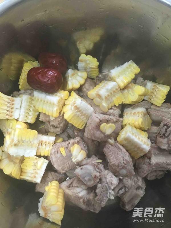 番茄玉米排骨汤的家常做法
