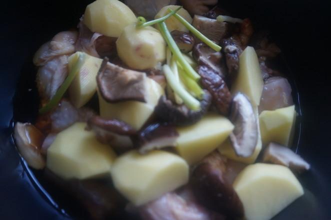 快手的东北炖菜这样做——土豆炖鸡怎么煸
