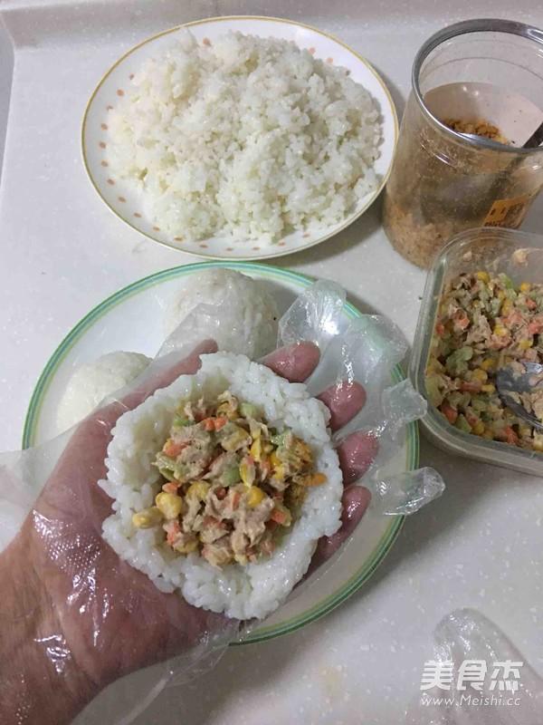 金枪鱼肉松饭团的家常做法