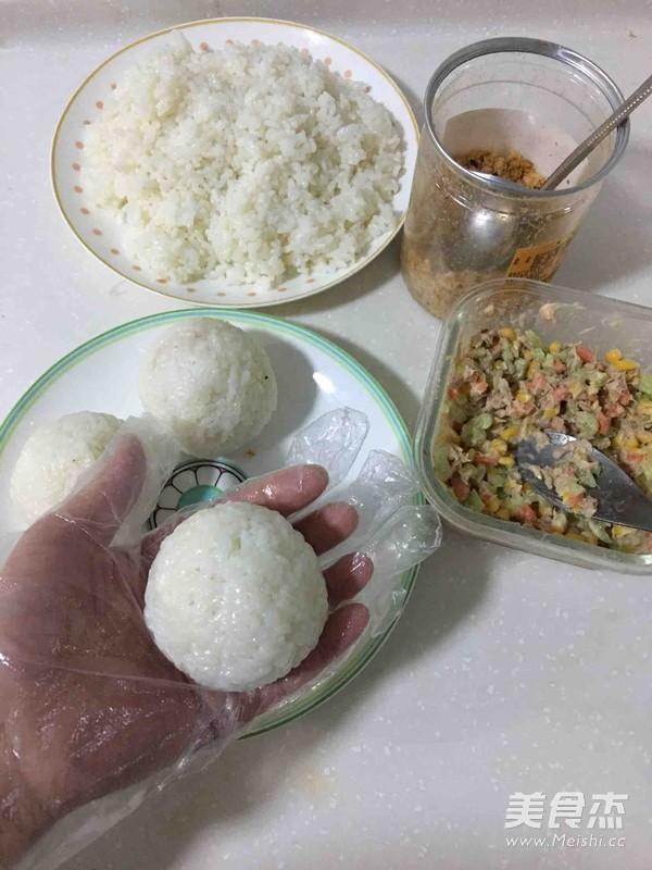 金枪鱼肉松饭团的简单做法