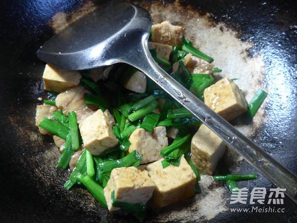 韭菜五花肉烧豆腐怎样煸