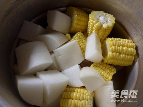 玉米萝卜猪蹄汤的家常做法