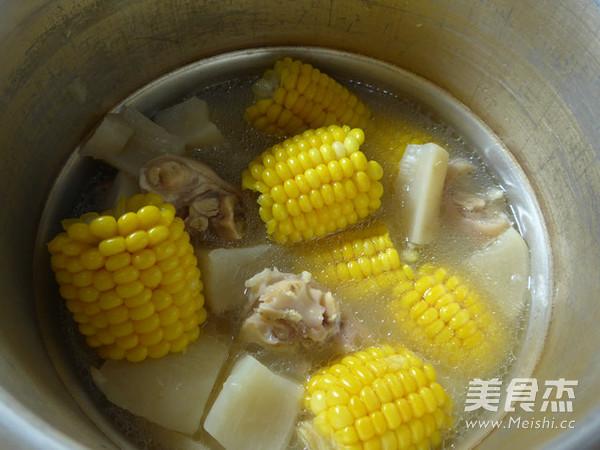 玉米萝卜猪蹄汤怎么煸