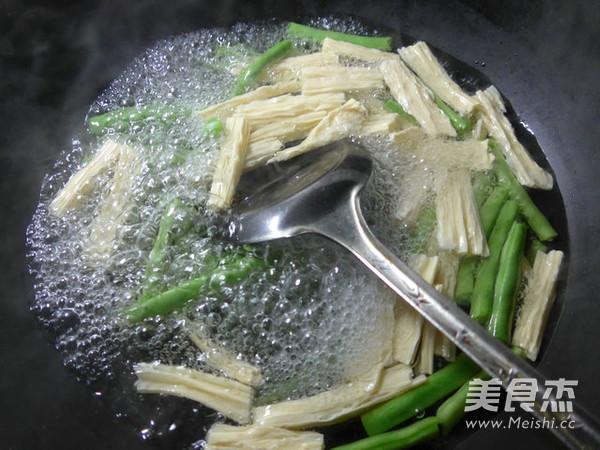 腐竹五花肉炒梅豆的简单做法