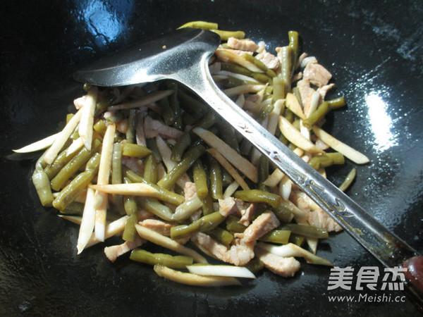 肉丝茭白炒酸带豆的简单做法