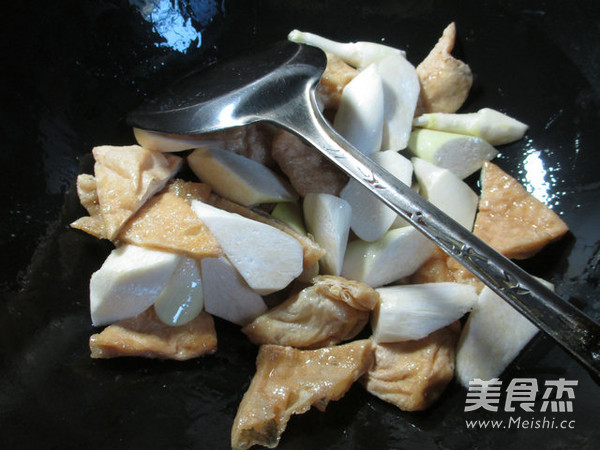 茭白烧豆腐干的家常做法