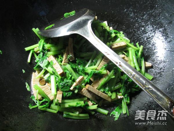 香糕炒芹菜怎么做