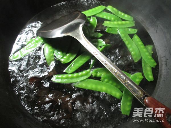 黑木耳荷兰豆炒鸡蛋干的家常做法