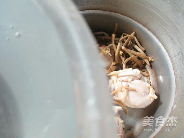 黄花菜鸡腿汤的家常做法