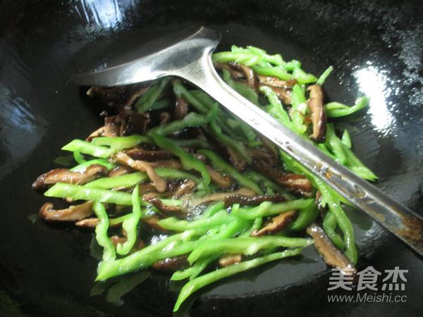香菇尖椒炒绿豆芽的做法图解