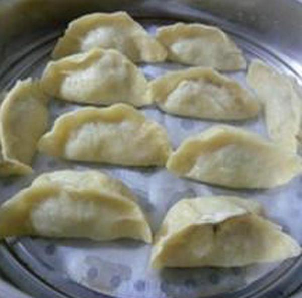 榨菜芹菜猪肉馅玉米面蒸饺的制作
