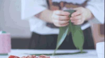 香肠蛋黄粽+风味酱肉粽+火腿鲜肉粽怎么吃