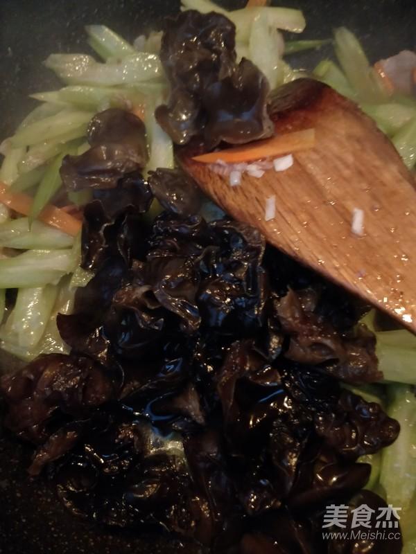 芹菜炒肉怎么炒