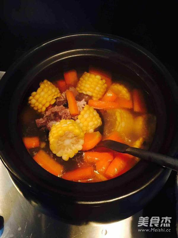 胡萝卜玉米排骨汤的简单做法