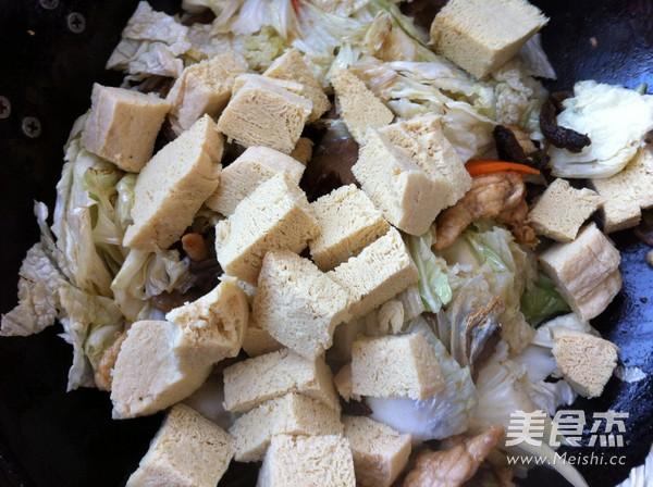 松蘑白菜豆腐炒肉怎么煸