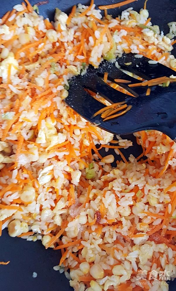 鸡蛋胡萝卜玉米粒炒米饭怎样做