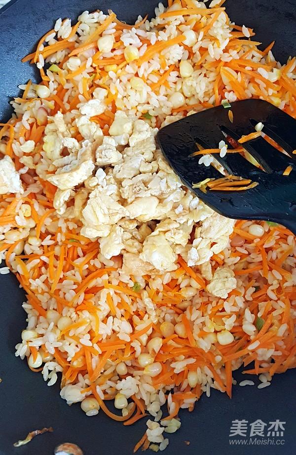 鸡蛋胡萝卜玉米粒炒米饭怎样煸