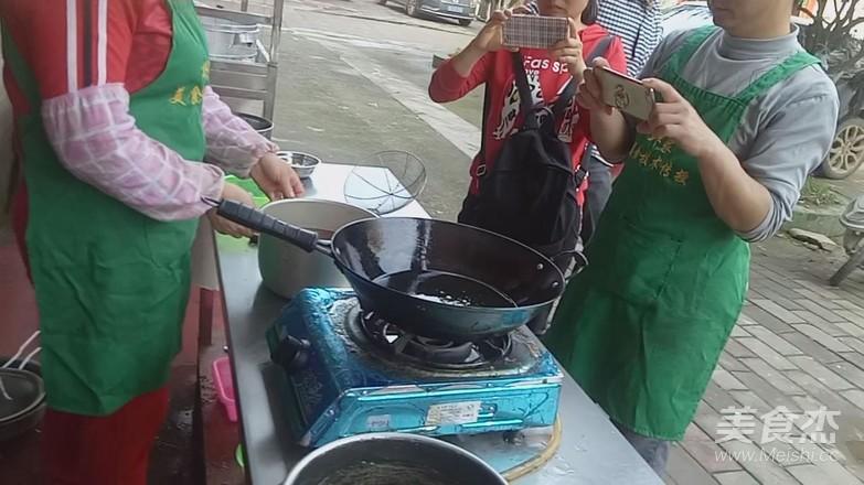 柳州螺蛳粉的做法--红油的做法大全