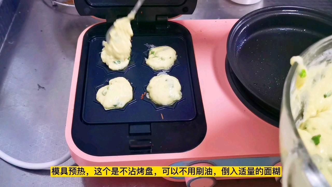 玉米面葱花小饼,爱面包还松软好吃,小孩子一口一个吃不够怎么炒