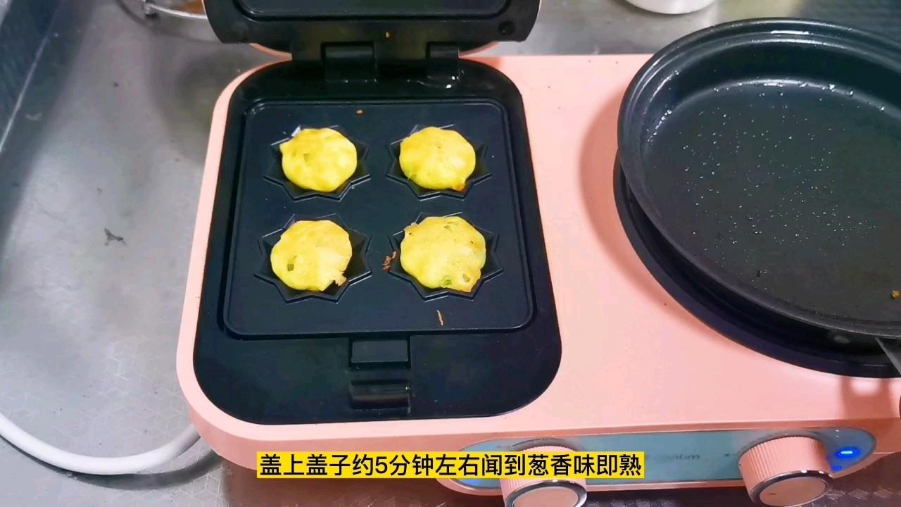 玉米面葱花小饼,爱面包还松软好吃,小孩子一口一个吃不够怎么煮