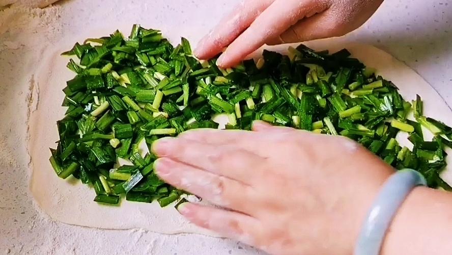 陕西地方特色小吃——韭菜卷怎样煸