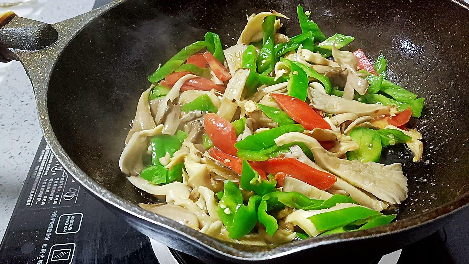 简单又好做的青椒炒平菇,比肉还好吃的步骤