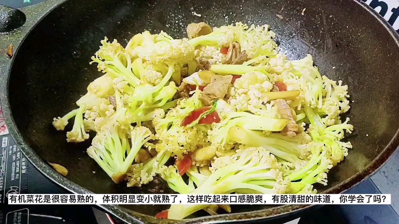 菜花炒肉脆爽清甜,猪肉要炒出来滑嫩,一定是凉油下锅的步骤