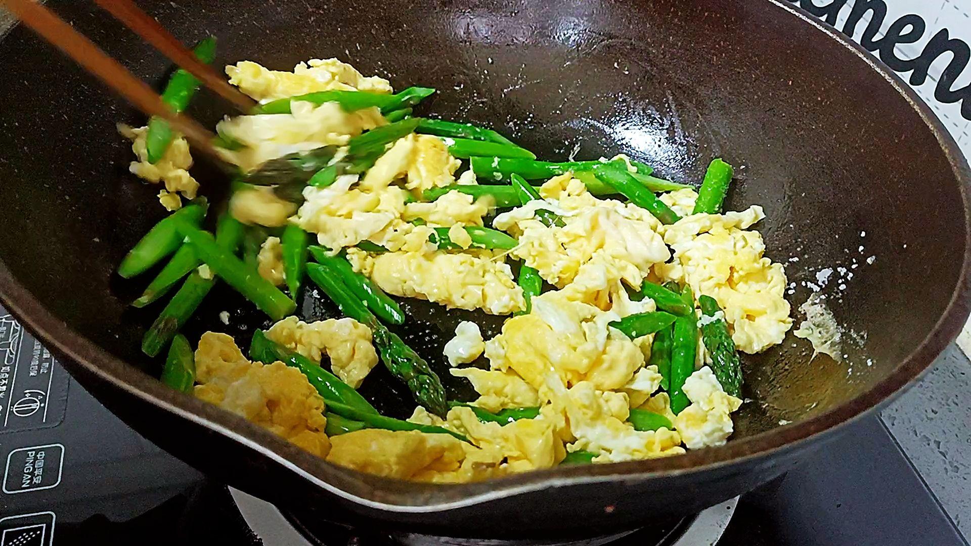 春天的芦笋很是清甜,不要过多调味品,就可以吃出它的美味,春天的芦笋很是清甜,不要过多调味品,就可以吃出它的美味的家常做法