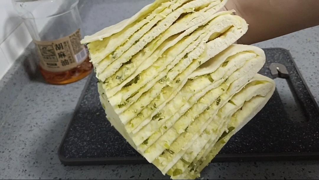 层次分明又暄软蓬松,葱花千层发面饼的详细做法的步骤