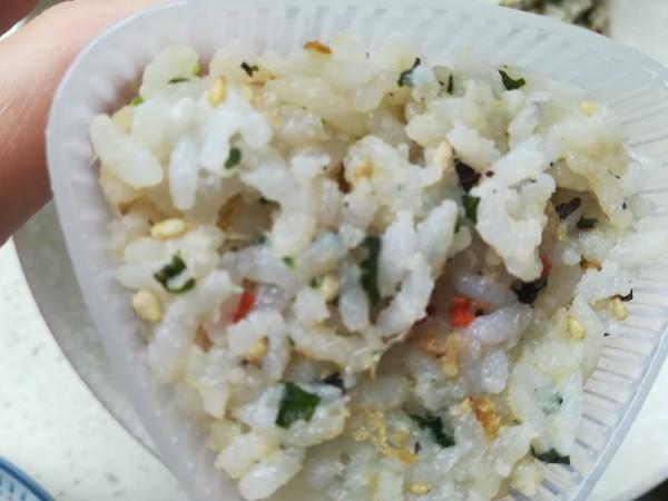 海苔肉松饭团怎么吃