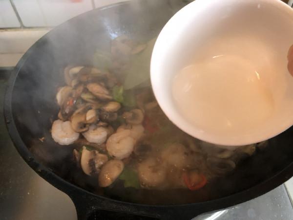 蘑菇炒虾仁怎么煸