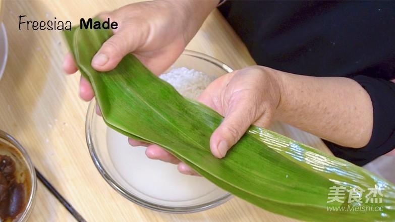 视频 婆婆演示包粽子怎么炒