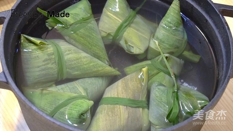 视频 婆婆演示包粽子怎样煮
