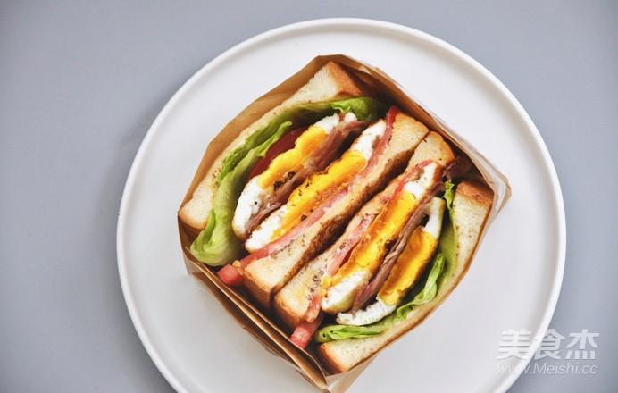 煎蛋培根三明治成品图