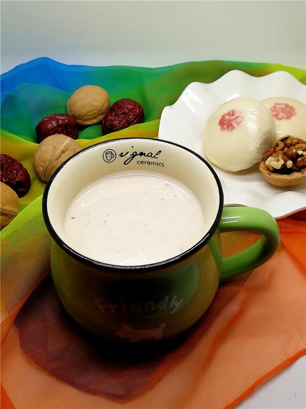 香浓的核桃蔓越莓牛奶成品图