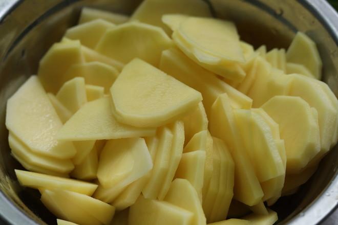 五花肉焖土豆的家常做法