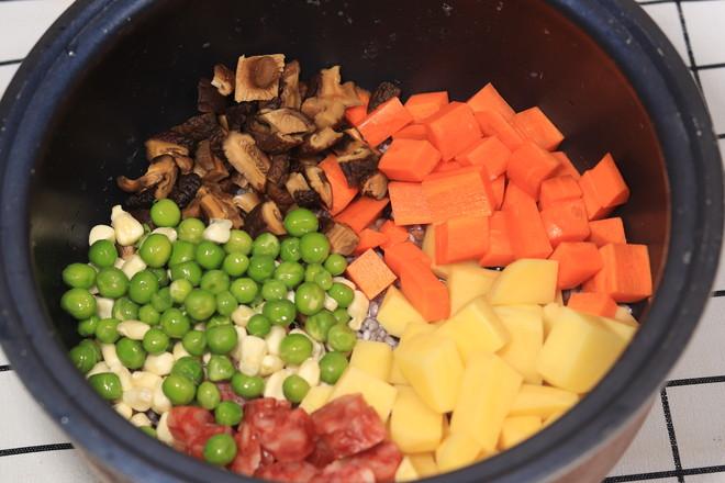 土豆香肠焖饭的简单做法