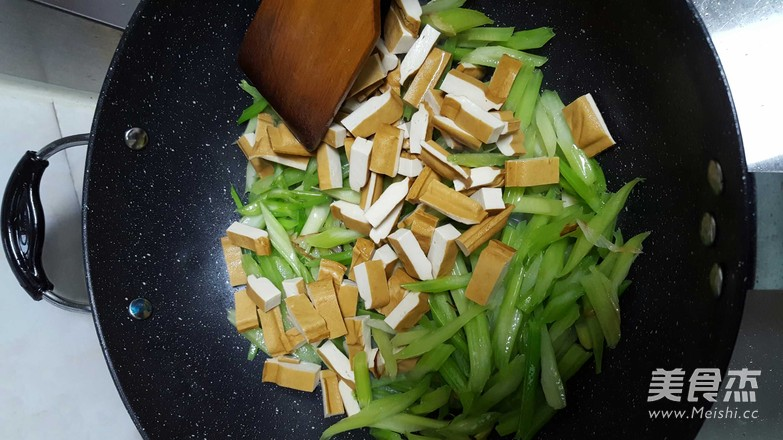 芹菜炒豆腐干的简单做法