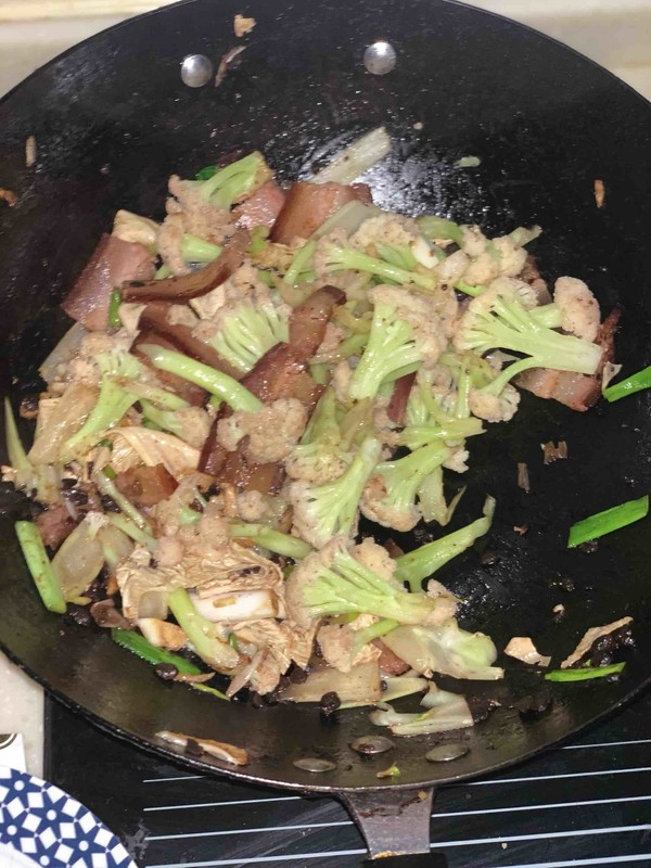 干锅腊肉炒菜花怎么炒