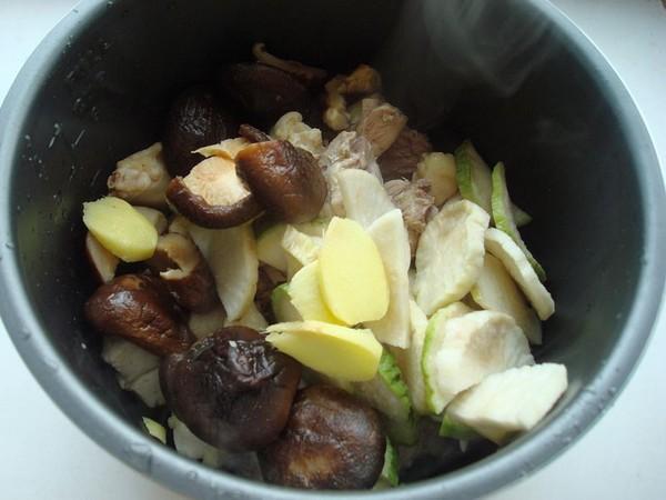 萝卜干香菇炖鸡怎么炒