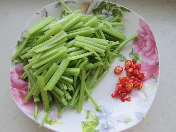 毛芹菜炒腊肠的简单做法