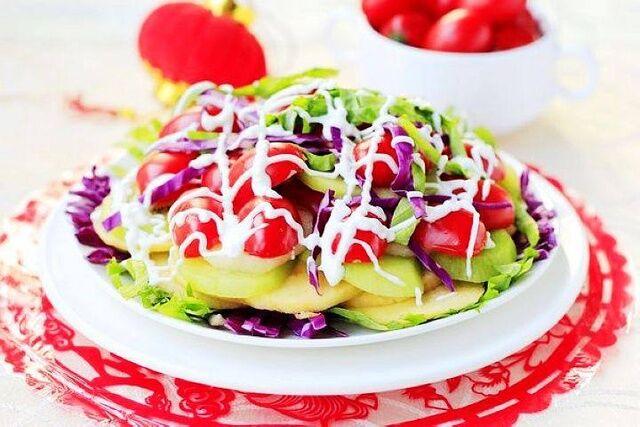 酸奶蔬菜水果沙拉成品图