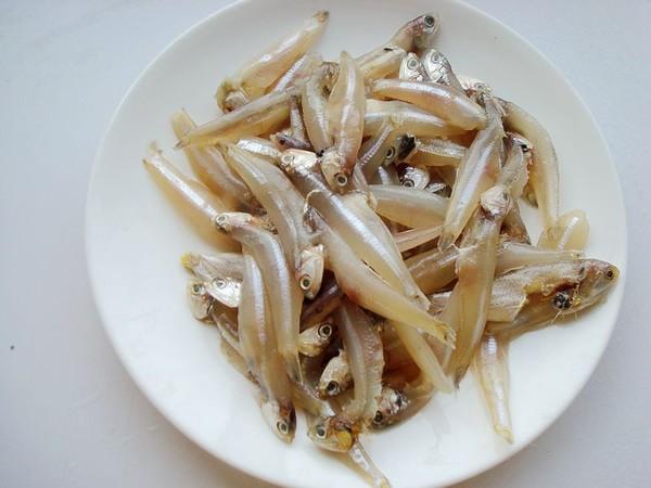 毛芹菜炒小鱼的家常做法
