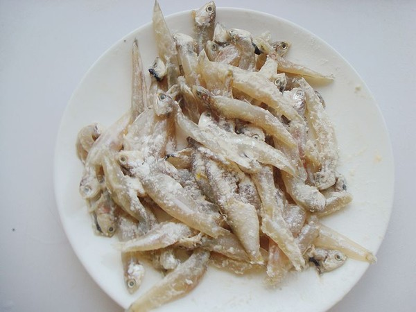 毛芹菜炒小鱼的简单做法