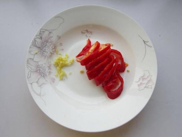 青萝卜炒肉皮的家常做法