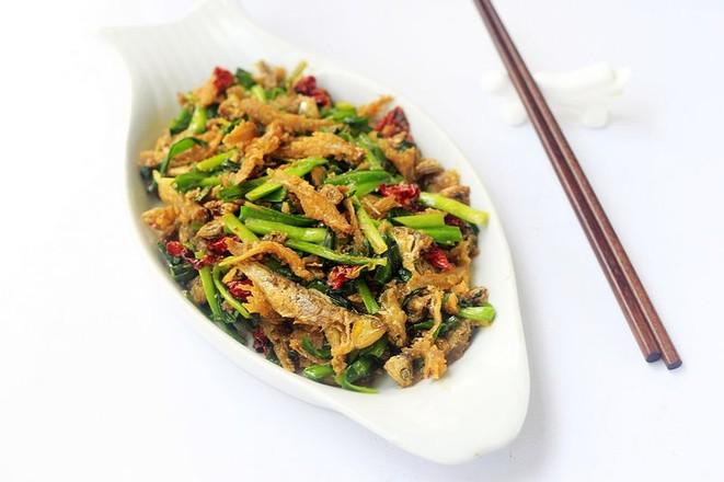 韭菜炒小鱼成品图