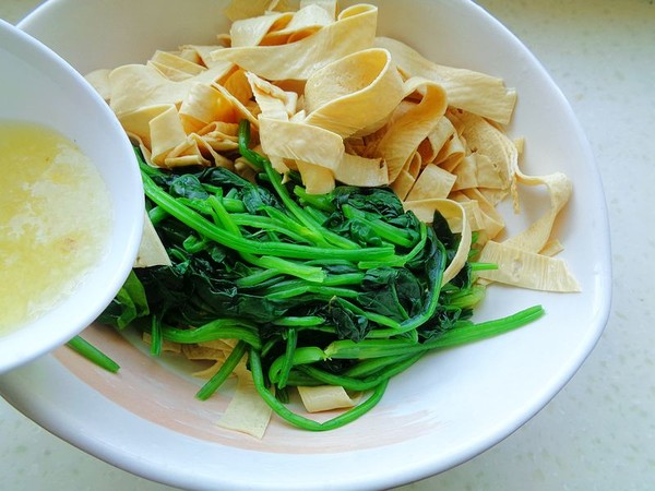菠菜拌豆油皮的步骤