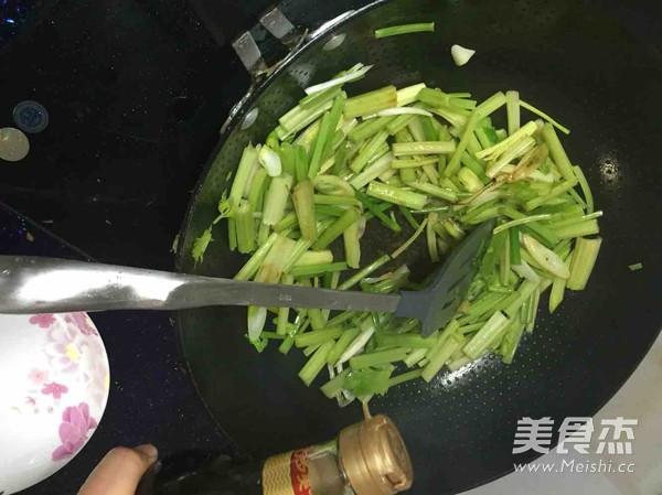 芹菜腰果虾仁怎么吃