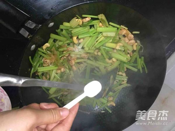 芹菜腰果虾仁怎么炒