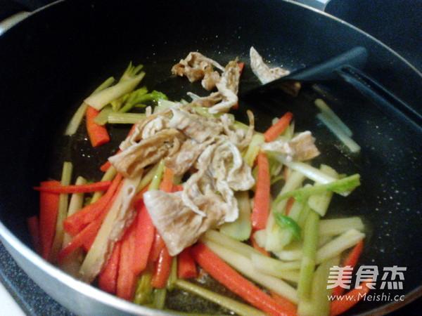 西芹炒腐竹怎么做